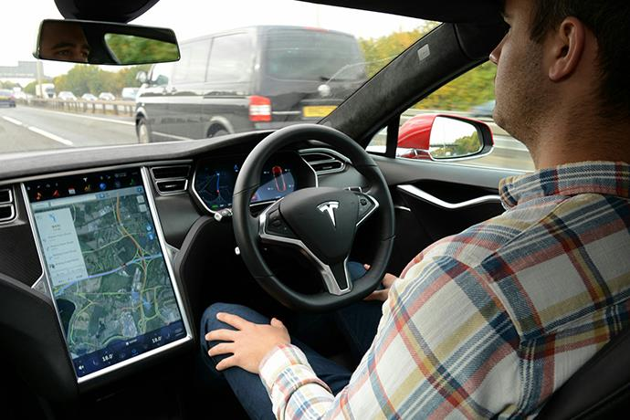 Tesla Autopilot automatically stopped at red light for the first time